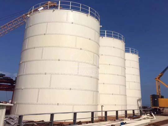 El silo de cemento atornillado tiene una gran capacidad de almacenamiento.